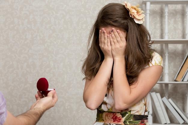 Garota animado com um anel de noivado Foto gratuita