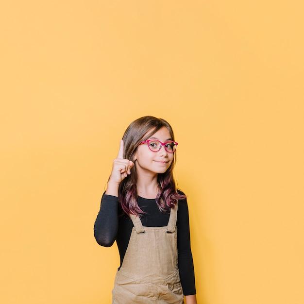 Garota apontando para cima Foto gratuita