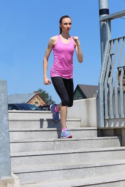 Garota atraente correndo na rua Foto gratuita