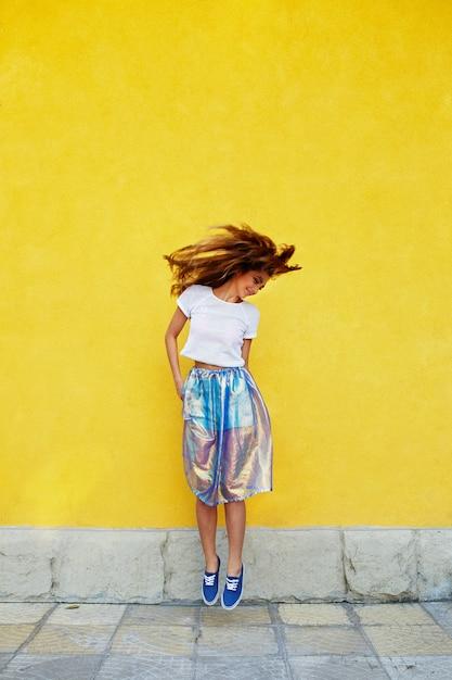 Garota atraente em uma saia incomum Foto gratuita