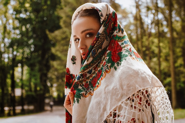 Garota atraente vestido bordado Foto gratuita