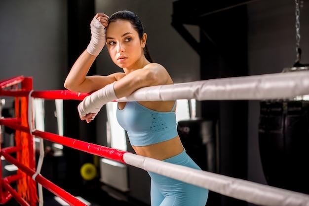 Garota boxer posando no ginásio Foto gratuita