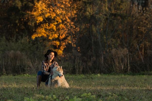 Garota caminha com husky Foto gratuita