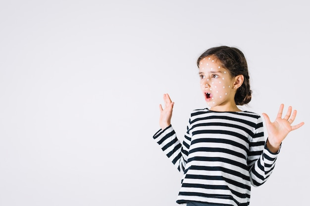 Garota chocada com pressa Foto gratuita