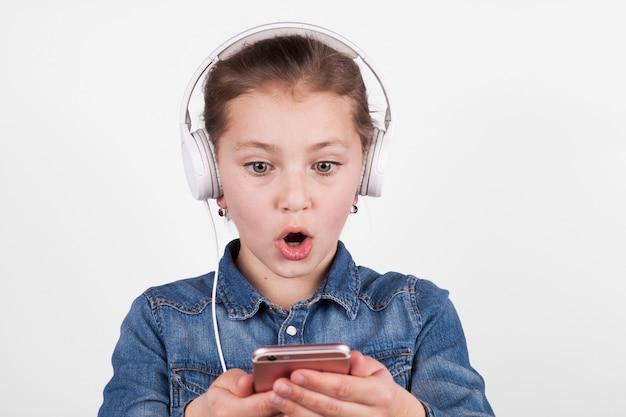 Garota chocada usando smartphone