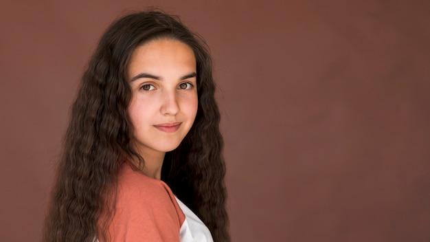 Garota com cabelo comprido, olhando para a câmera Foto gratuita