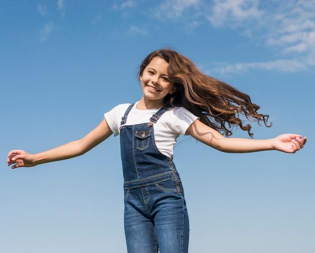 Garota com cabelo comprido sorrindo Foto gratuita