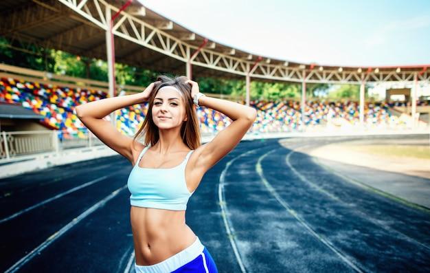Garota de calção azul treino no estádio Foto Premium