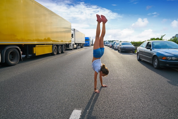 Garota de carrinho de mão em uma estrada de engarrafamento Foto Premium