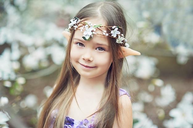 Garota de conto de fadas. retrato de criança místico elf. personagem de cosplay. Foto Premium