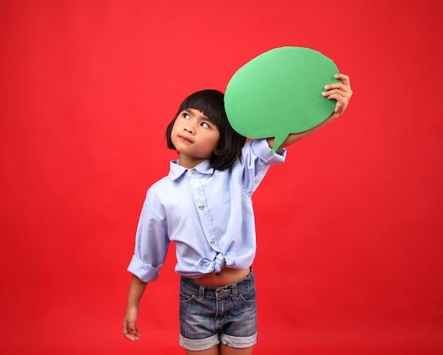 Garota de criança pensando em estúdio. Foto Premium