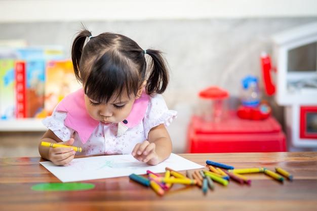Garota De Crianca Pre Escolar Desenho E Colorir Foto Premium
