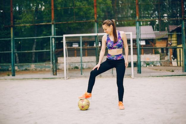 Garota de esportes em um parque Foto gratuita