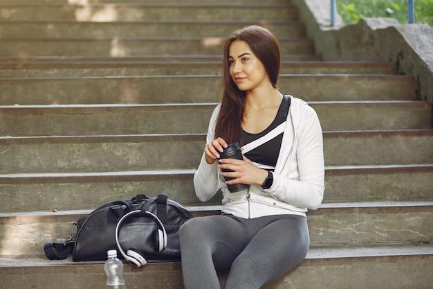 Garota de esportes em uma roupa de esportes em uma cidade Foto gratuita