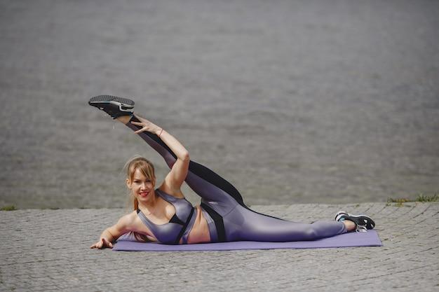 Garota de esportes treinando em um parque de verão Foto gratuita