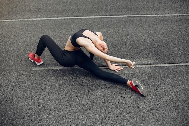 Garota de esportes treinando no estádio Foto gratuita