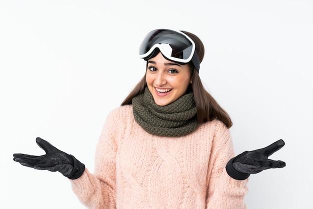 Garota de esquiador com óculos de snowboard com expressão facial chocado Foto Premium