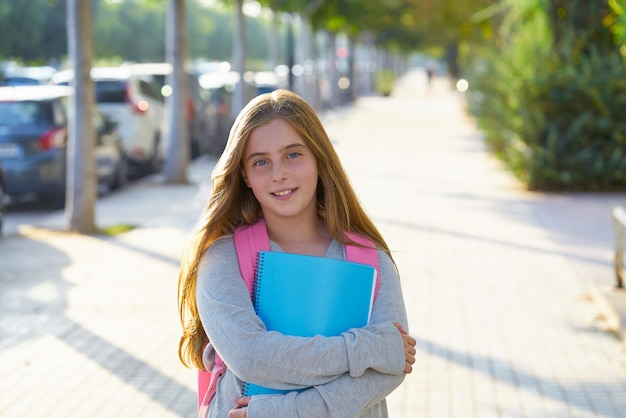 Garota de estudante garoto loiro na cidade Foto Premium