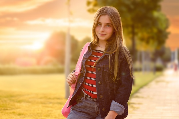 Garota de estudante garoto loiro no parque Foto Premium