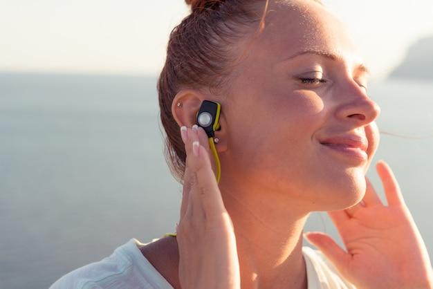 Garota de fitness com fones de ouvido sem fio Foto gratuita