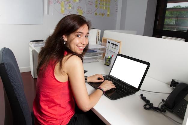 Garota de meia idade trabalhando no escritório Foto Premium