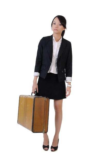 Garota de negócios único segurando a velha mala de viagem com expressão solitária, retrato de corpo inteiro isolado no fundo branco. Foto Premium