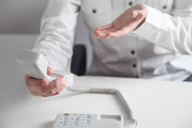 Garota de negócios usando no telefone do escritório. conceito de contato Foto Premium