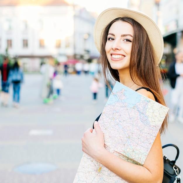 Garota de turista na cidade com mapa Foto gratuita