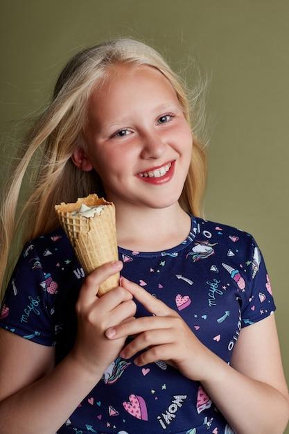 Garota de vestido lindo em azeitona Foto Premium
