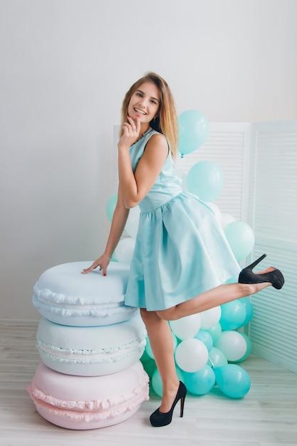 Garota de vestido turquesa com balões Foto Premium