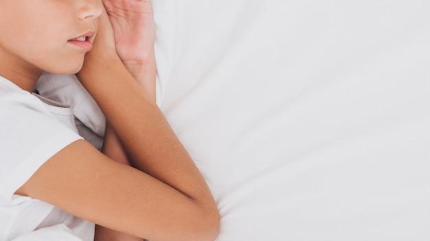 Garota de vista lateral dormindo com espaço de cópia Foto gratuita
