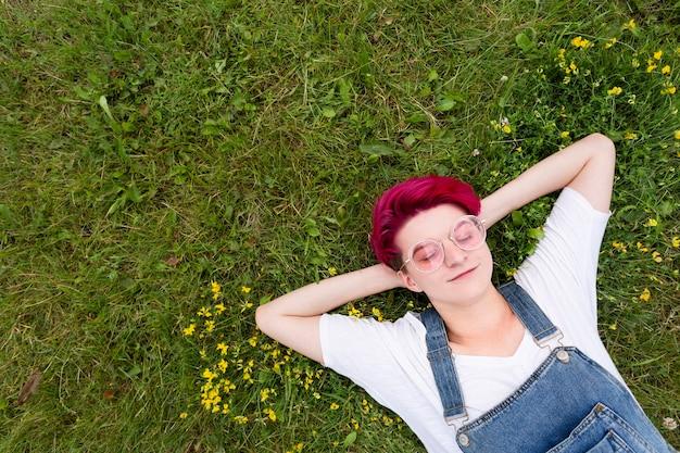 Garota de vista superior, deitado na grama Foto gratuita
