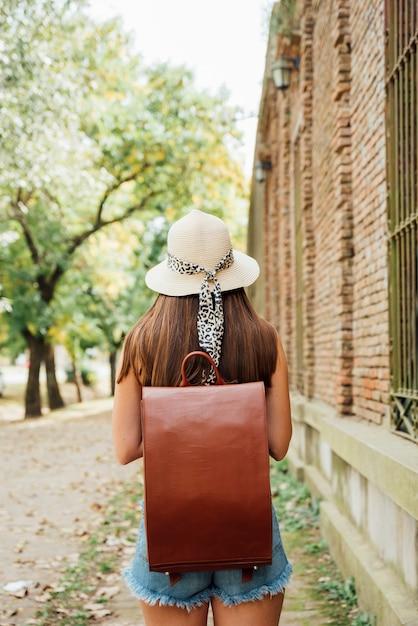 Garota de vista traseira com mochila vintage Foto gratuita