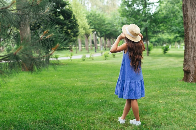 Garota de vista traseira posando ao ar livre Foto gratuita