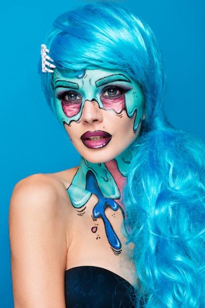 Garota de zumbi na moda. retrato de uma mulher de zumbi pin-up. projeto de pintura corporal. maquiagem de halloween. Foto Premium