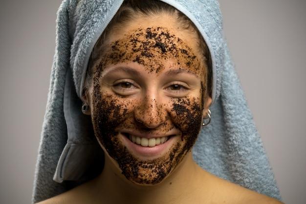 Garota depois do banho com uma toalha e sorrindo. remédio caseiro com café para derrame Foto Premium