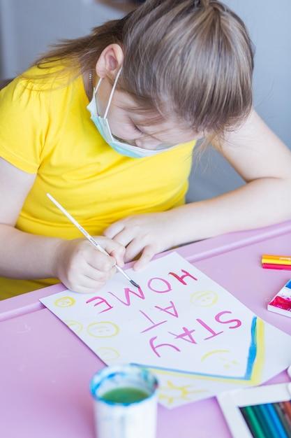 Garota desenhando juntos em casa durante a quarentena. jogos de infância, artes de desenho, conceito de ficar em casa Foto Premium