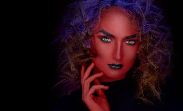 Garota do diabo de close-up de cor vermelha Foto Premium