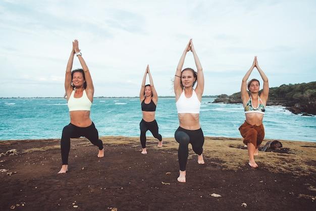 Garota do grupo fazendo yoga Foto gratuita