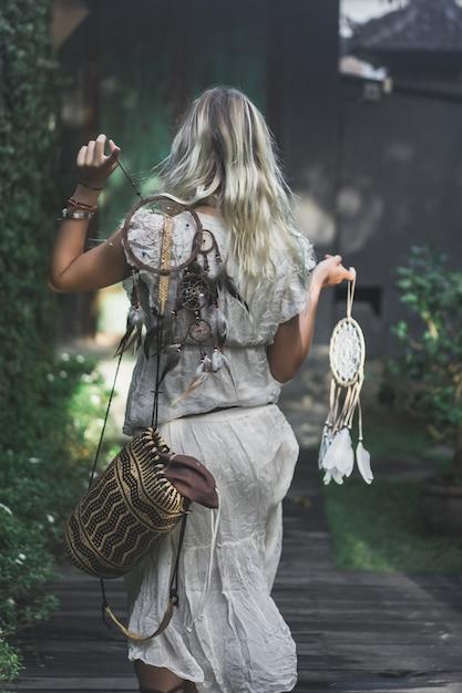 Garota e apanhador de sonhos Foto gratuita