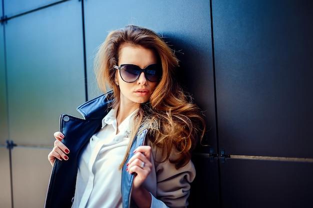 Garota em um casaco bege e jeans azul Foto Premium