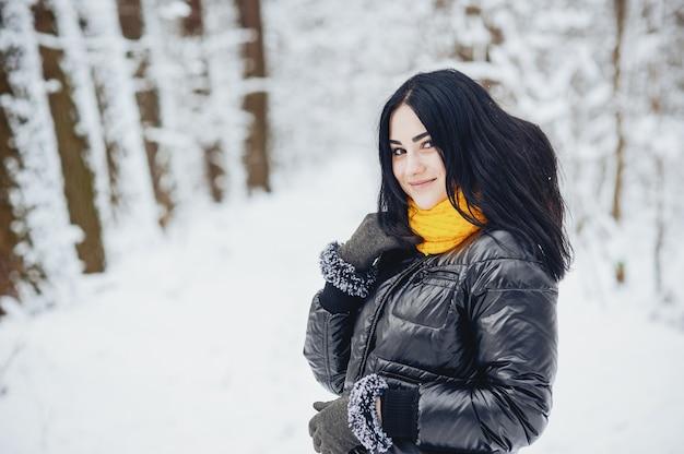 Garota em um parque Foto gratuita