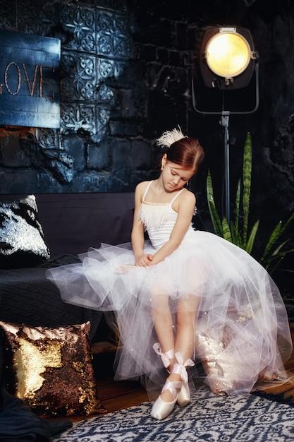 Garota em um vestido de baile branco e sapatos, cabelo vermelho Foto Premium