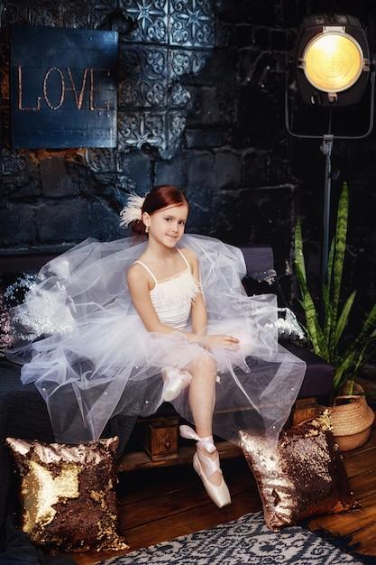 Garota em um vestido de baile branco e sapatos Foto Premium