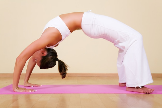 Garota em uma posição de ioga Foto Premium