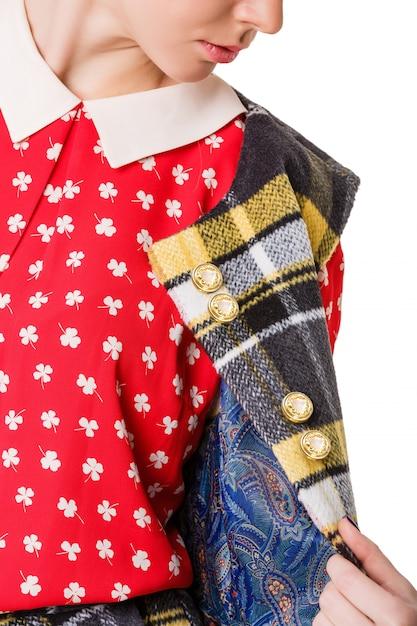 Garota em uma saia vermelha e camisa de bolinhas Foto Premium