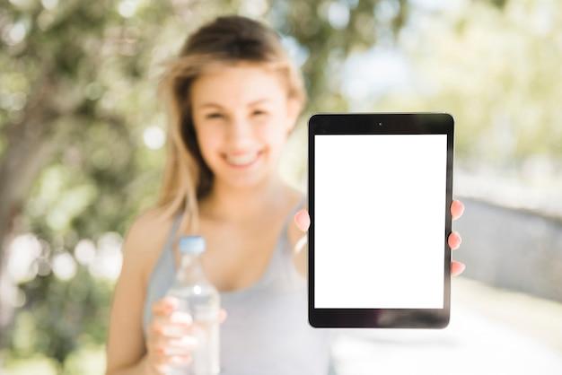 Garota esportiva mostrando tablet Foto gratuita