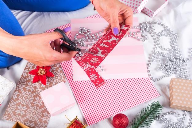 Garota fazendo cartões de natal e decorações para a família e a árvore de natal. celebrações, festa de aniversário, presentes, Foto Premium