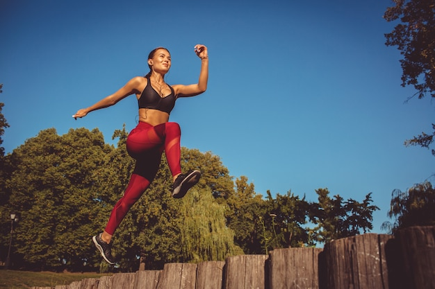 Garota fazendo exercício no parque Foto gratuita
