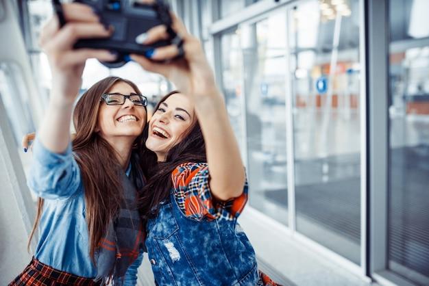 Garota feliz com foto de turistas de si mesmo Foto Premium
